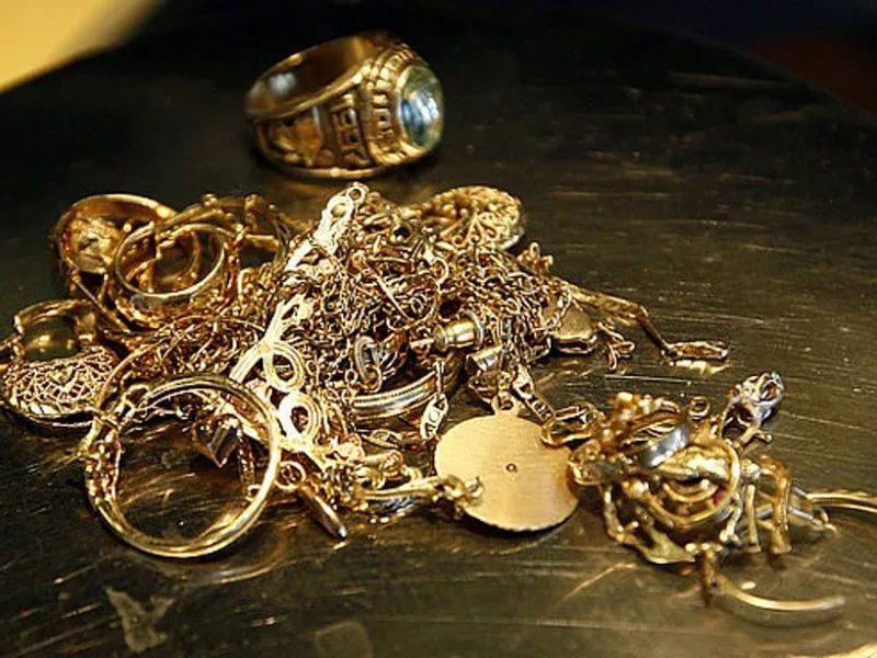 Изквартиры орловца вынесли золото на200 тыс. руб.